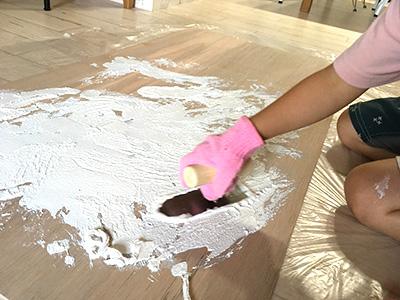 漆喰塗りの作業様子