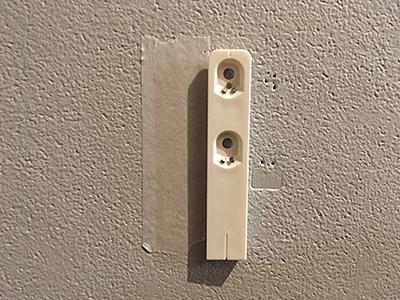 壁にピンで取り付け