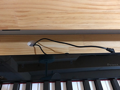 ピアノデスクに配線用の穴を開ける