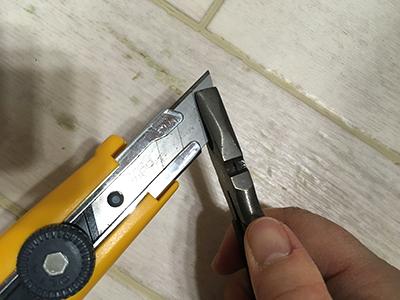 カッターの刃を折る
