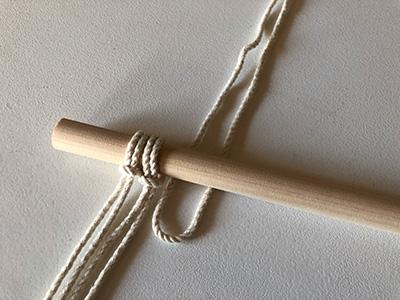 マクラメ糸をウッドスティックに結ぶ