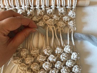 羊毛を編み込む