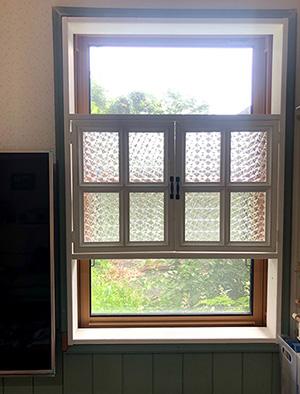 窓枠を設置