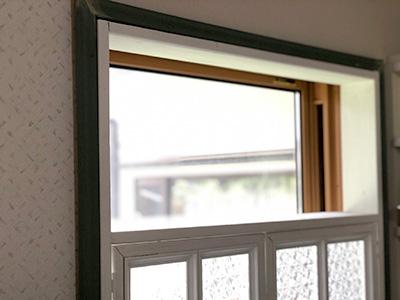 窓枠を固定